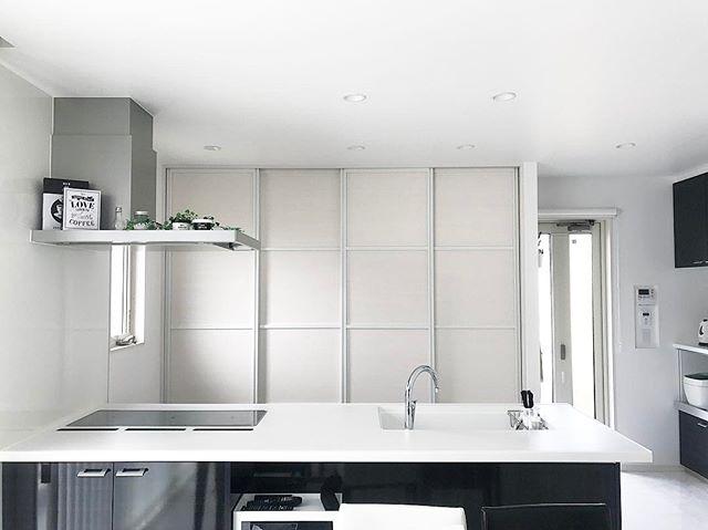 白で包まれた黒キッチン