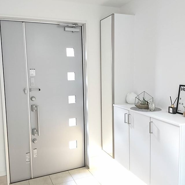 高級感のある白のホテルライクな玄関