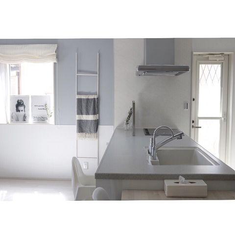 淡いグレーのキッチン