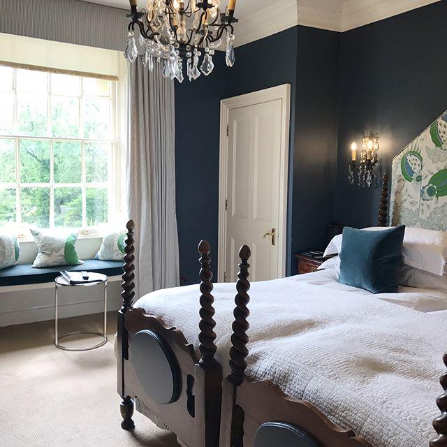 シックな色とシャンデリアがおしゃれなお部屋