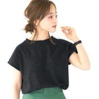 黒Tシャツで夏らしい爽やかなコーデを作る。レディースの大人おしゃれな合わせ方
