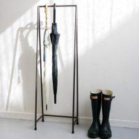 直線のみで構成されたアイアンの「傘立て」。すっきりとした収納性も魅力!