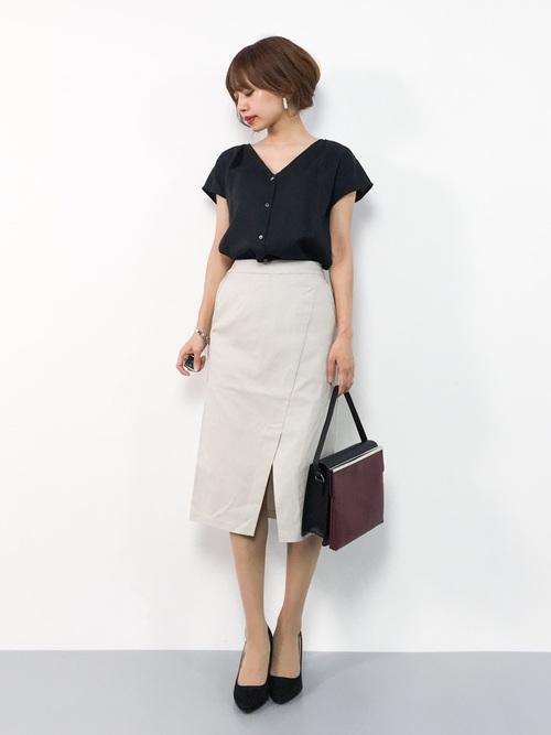 黒ブラウス×ベージュタイトスカートの夏コーデ