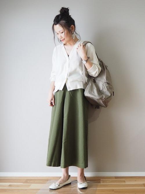 白カーディガン×スカートの夏コーデ1