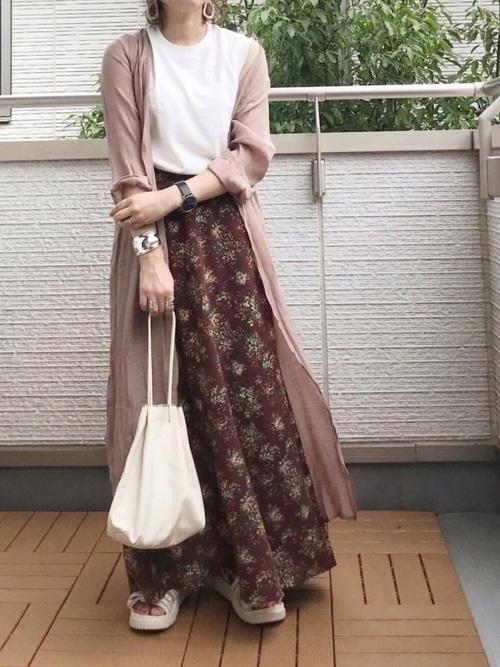 ピンクカーディガン×花柄スカートの夏コーデ