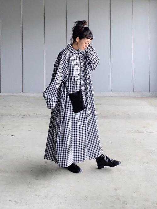 ロングシャツワンピース×黒ブーツコーデ