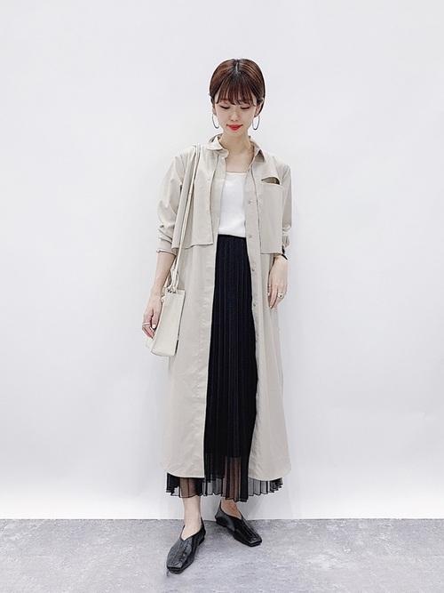 ベージュワンピース×黒スカートの夏コーデ
