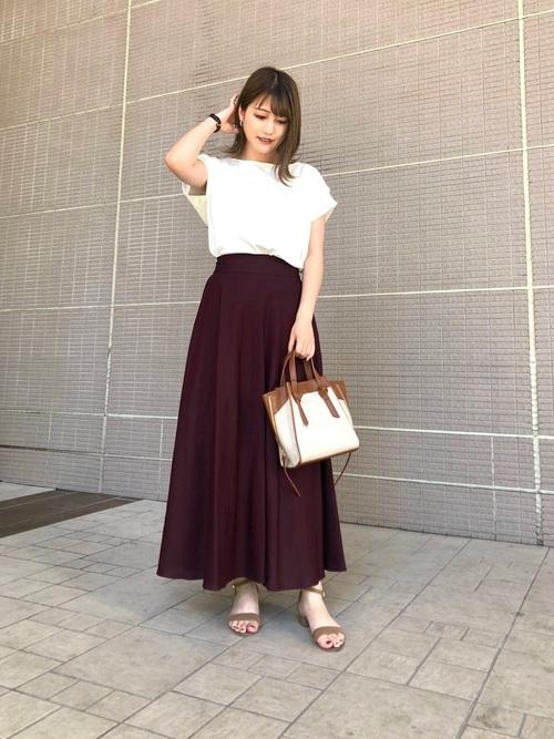 白トップス×マキシ丈スカートの夏コーデ