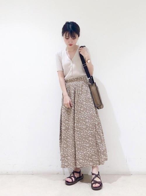 白カーディガン×スカートの夏コーデ2