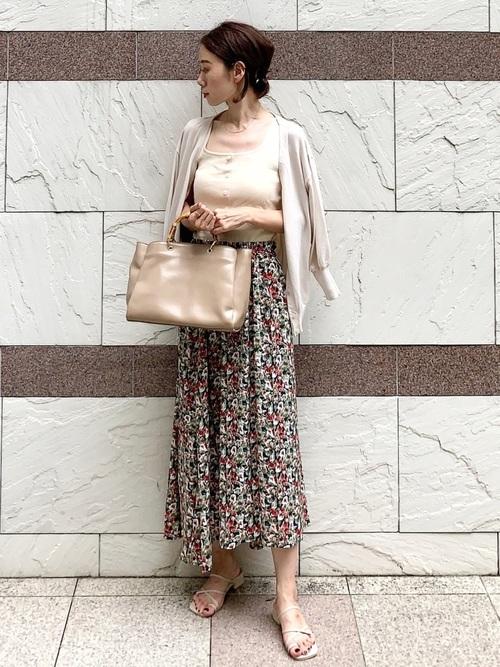 カーディガン×花柄スカートの夏コーデ