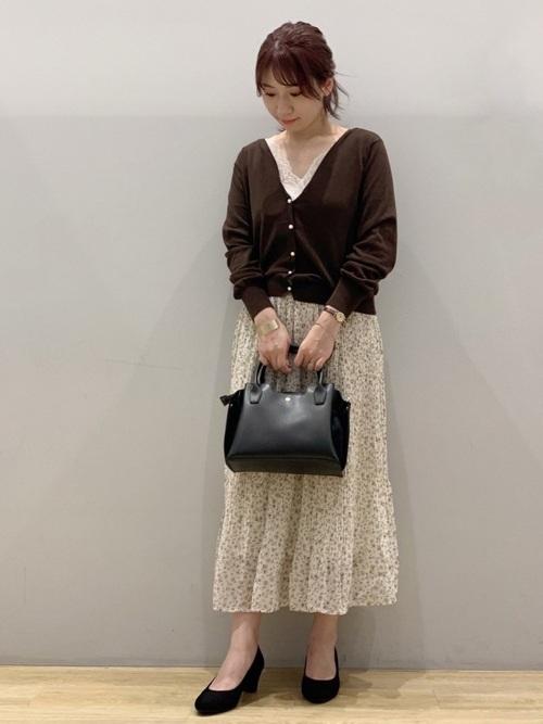 ブラウンカーディガン×花柄スカートの夏コーデ