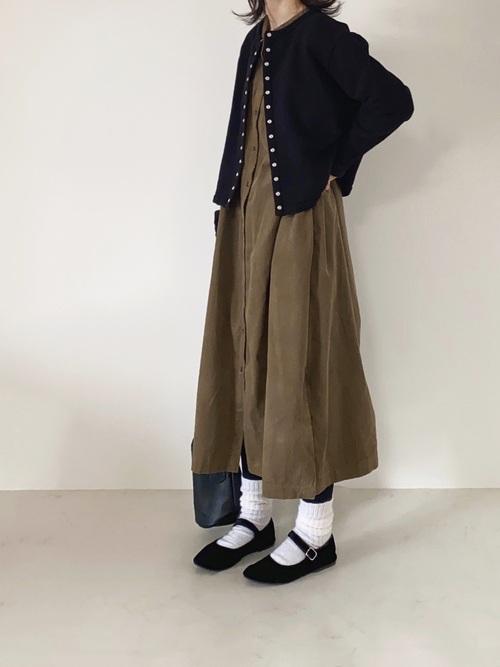 マキシワンピース×黒カーディガンコーデ