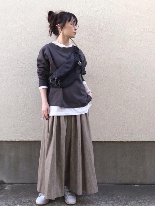 グレーTシャツ×ロングフレアスカートコーデ