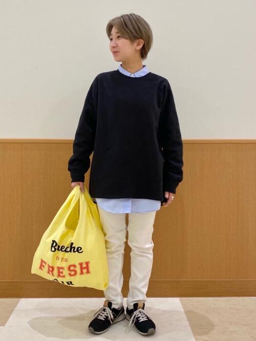 黄色エコバッグ×白パンツコーデ
