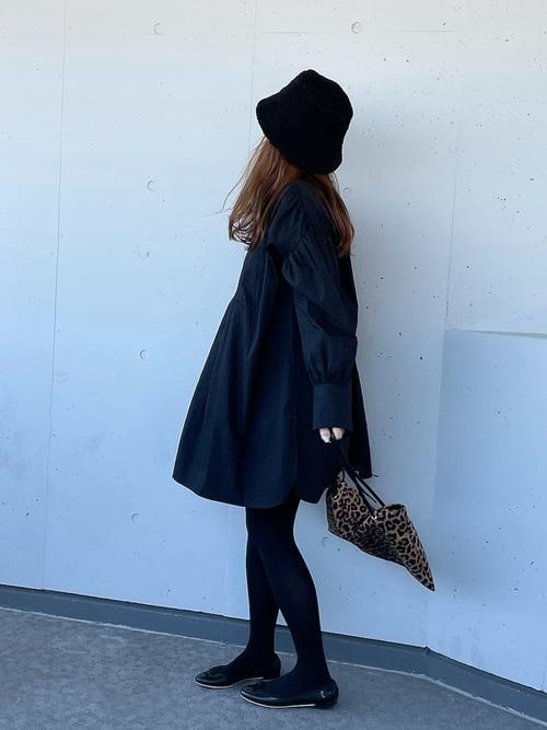 黒バケットハット×黒ロングシャツコーデ