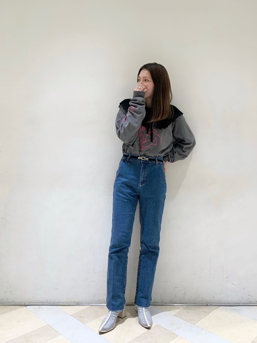 グレーロングTシャツ×デニムパンツコーデ