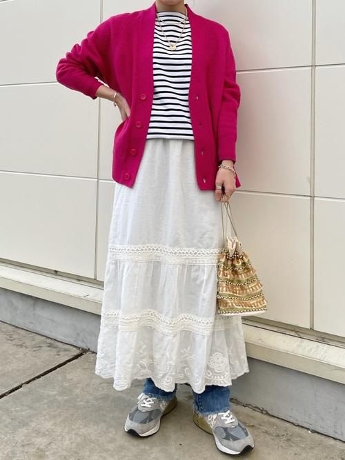ピンクカーディガン×白スカートの夏コーデ