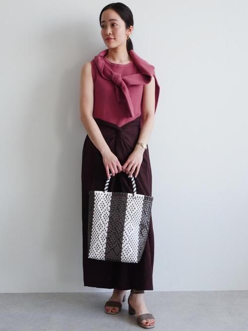 ピンクカーディガン×茶色スカートの夏コーデ