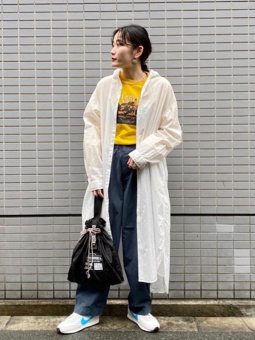 黒エコバッグ×黄色Tシャツの大人コーデ