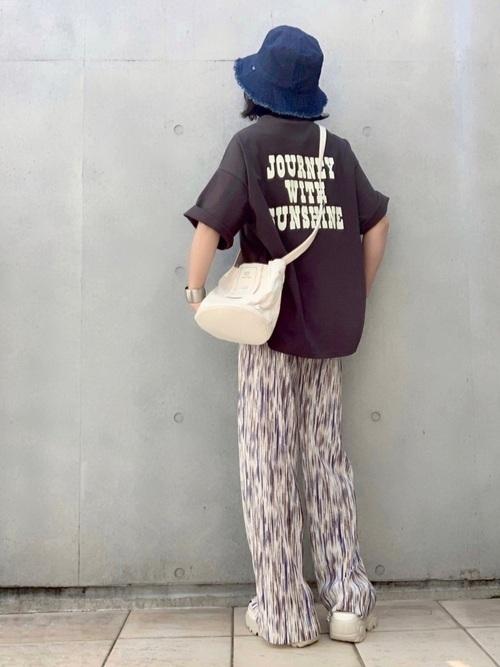 デニムバケットハット×ロゴTシャツコーデ