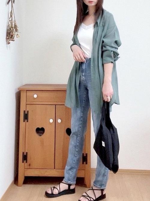 黒エコバッグ×グリーンロングシャツコーデ