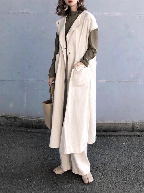緑ロングワンピース×白パンツの秋コーデ