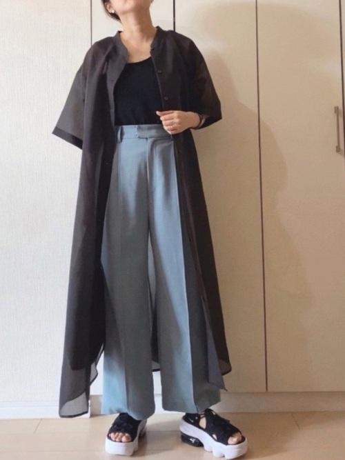黒スポーツサンダル×青パンツの夏コーデ