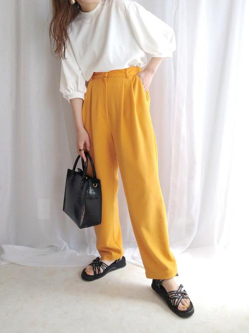 黒スポーツサンダル×黄色パンツの夏コーデ