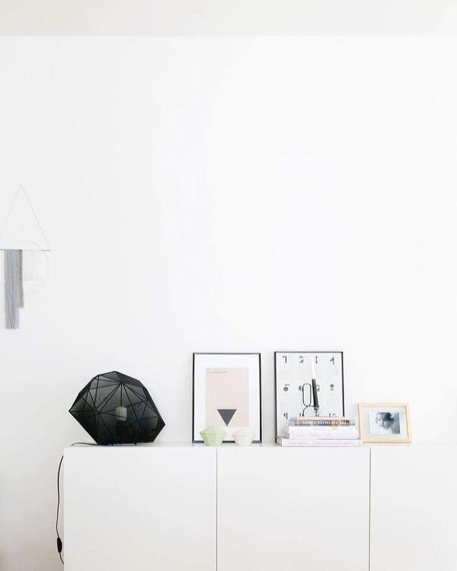 アートが白い壁に映えるディスプレイコーナー
