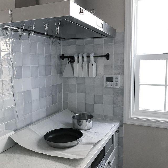 淡いグレータイルキッチン