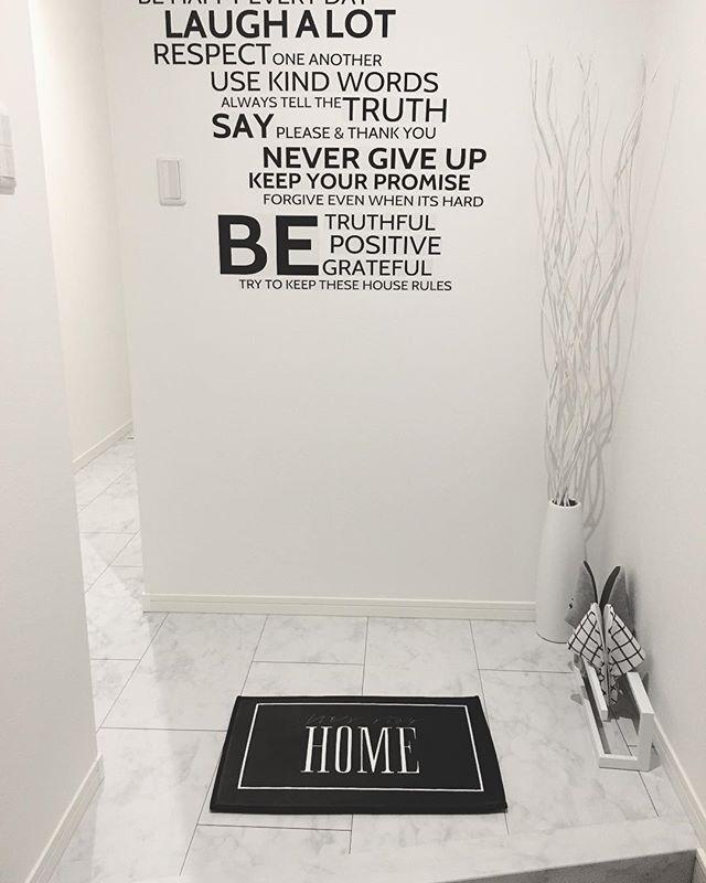 白と黒の雑貨のホテルライクな玄関