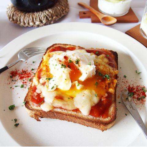 定番料理を豪華に!卵のせピザトーストレシピ