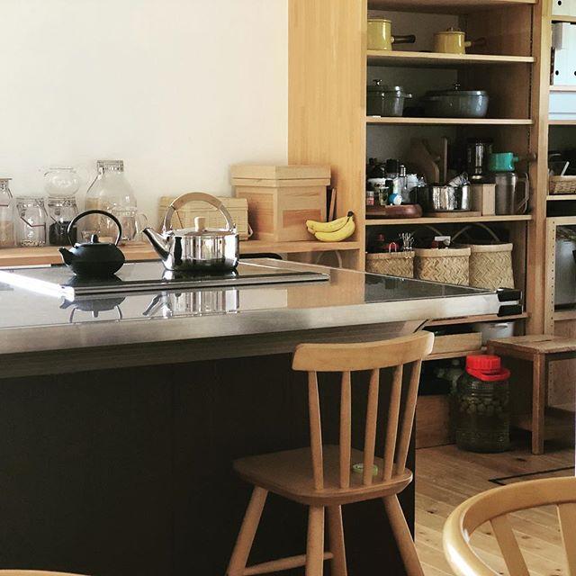 白木を合わせた黒キッチン