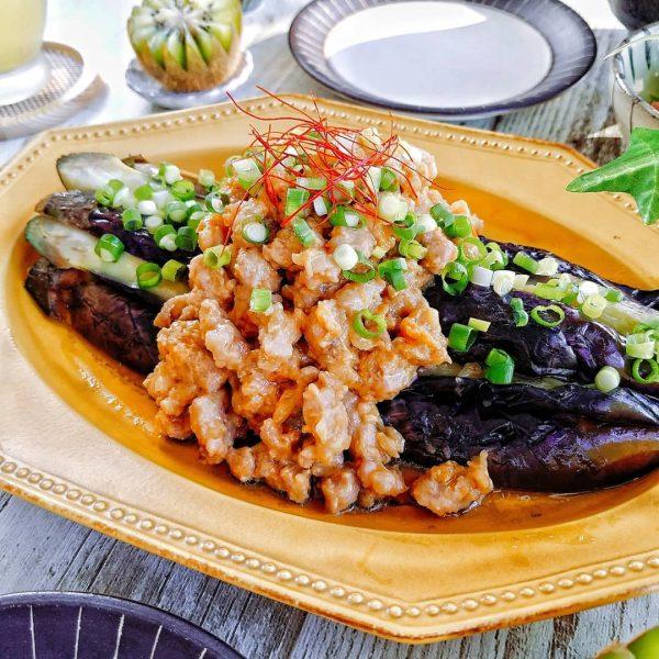 夏野菜の人気節約レシピのなすの肉味噌のせ