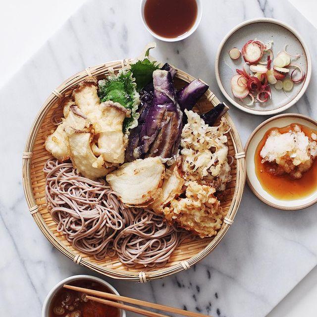 天ぷら、そば、エリンギ、大葉、ナス、舞茸、みょうが、大根おろし