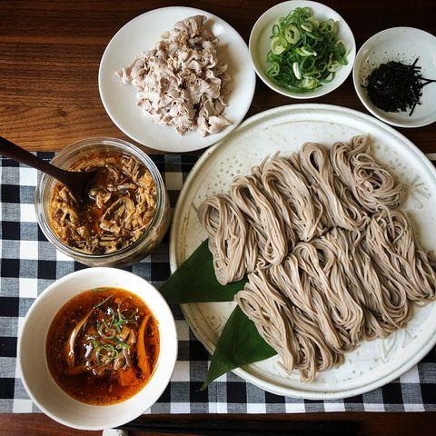 そば、豚肉、ネギ、海苔、きのこ、辛い麺つゆ。