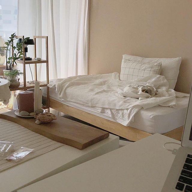 白とベージュの韓国インテリアの寝室