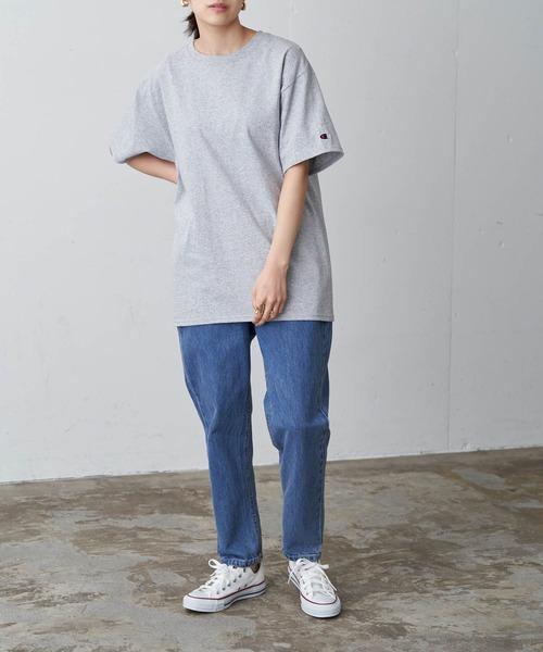 グレーTシャツ×テーパードデニムコーデ