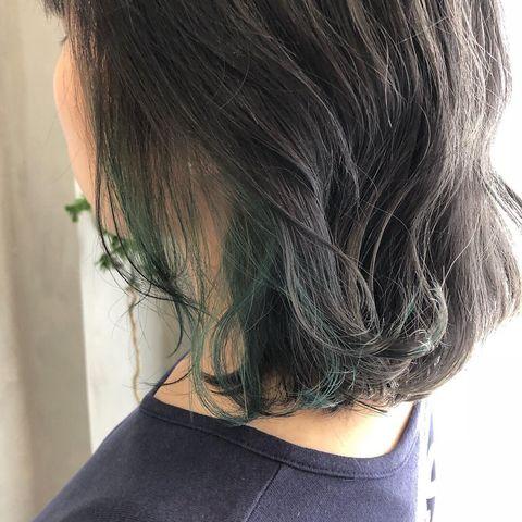 透明感のある暗髪に合わせる緑インナーカラー