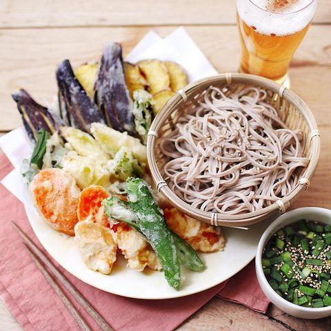 天ぷら、そば、ナス、オクラ、人参、サツマイモ、つけ麺。