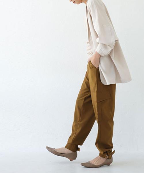 [antiqua] ワークライクの中に落ち感素材の女性らしさ。アンクルベルトカーゴパンツ