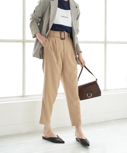 2021春の新色登場! 脚長効果のシャープなセンターシームデザイン 縦に入った縫い目でさらに足を長く見せてくれるシャープなシルエットとVカットデザインが際立つミュール。 スッと伸びたポインテッドトゥが女らしさもアップ!華奢で女性らしい足元に導く大人デザイン。 さっと履けて楽ちんなうえ、上品見えがかないます。 フラットヒールで歩きやすく、すっきり美脚を演出。かかとが無いのでこなれ感が生まれます。 ふかふかな厚みのあるクッション入りインソールで足当たり優しく、疲れにくい履き心地。 今季人気の使いやすいニュアンスカラーを揃えました。 【スタッフ着用コメント】 ●普段サイズ22.5cm甲普通・足幅広め 素足で着用 S⇒かかとが約1cmほどはみ出ます。 M⇒幅はきつめですが柔らかな素材で痛くなく、かかとの丸みがちょうどぴったりおさまります。