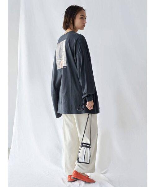 グレープリントTシャツ×白パンツコーデ