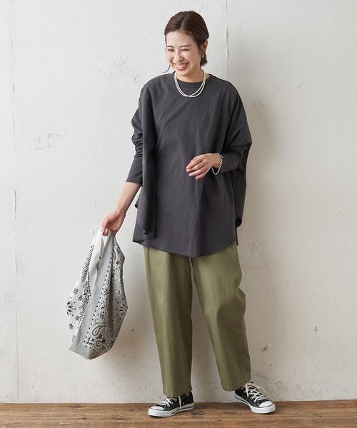 グレーチュニックTシャツ×緑パンツコーデ