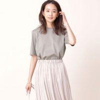 《グレーTシャツ》おすすめ夏コーデ20選。周囲の目を引く相性の良い組み合わせって?