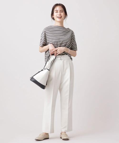 グレーボーダーTシャツ×白パンツコーデ