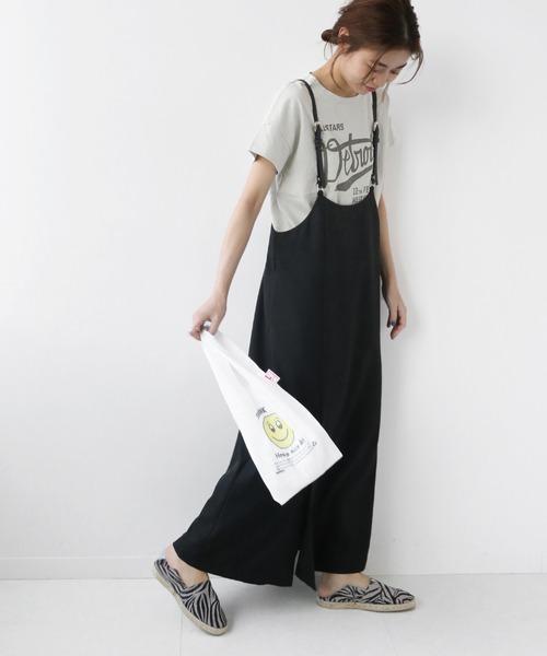 グレーロゴTシャツ×黒サロペットコーデ