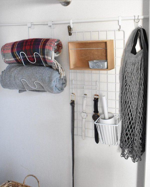 クローゼットの壁を活用した二人暮らしの洋服収納