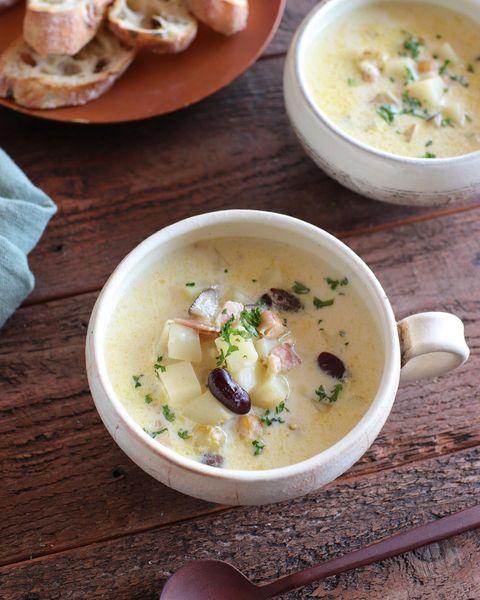 豆乳スープ、キドニービーンズ、ジャガイモ、ベーコン、パセリ、バゲット。