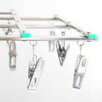 伸縮自在な「折りたたみピンチハンガー」。ピンチが絡まず省スペースに収納!